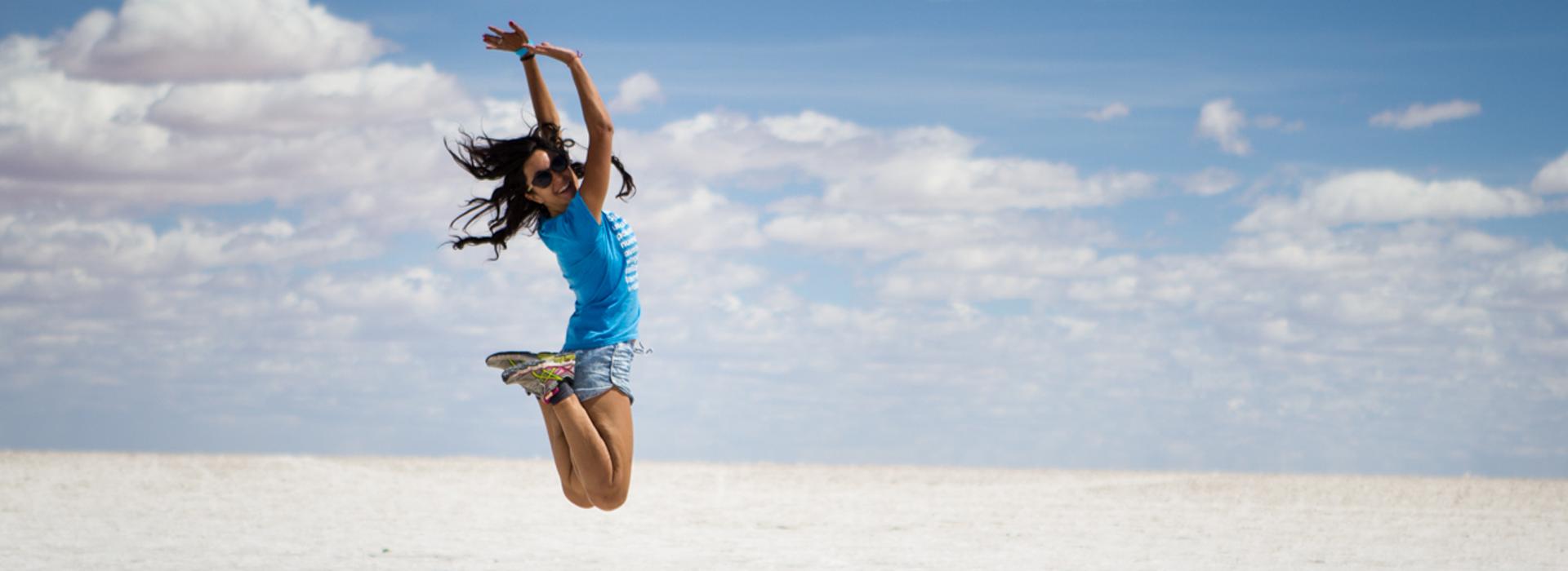 Eva saltando tocando el cielo