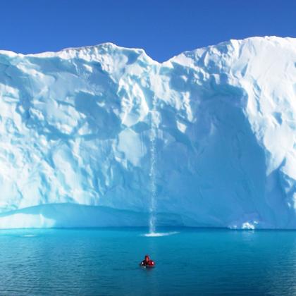 explorador polar en un iceberg